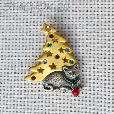 """Брошь """"Кот у Новогодней елочки"""" цвет серебра и золота"""
